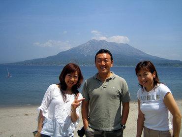 桜島を後ろに鹿児島グループのテルリン(照倫)と友枝マコちゃん