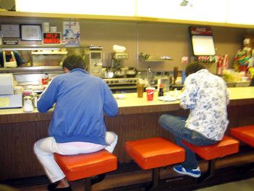ボーリング場でテールスープ。 男の背中は美味さを物語るのだ!