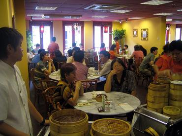 シンガポールの飲茶、円卓は人を幸せにするのだ。