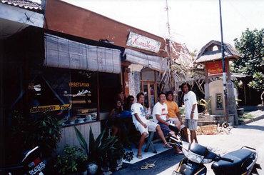 """今日も笑うバリニーズ。 バリ島の定食屋""""トコマサカン""""で癒されちゃう日々。"""