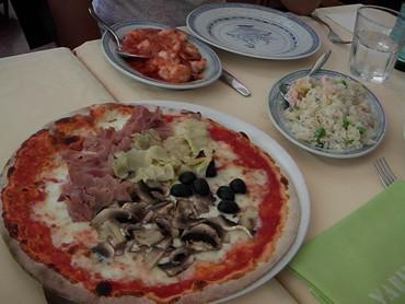 ミラノの中華料理店で出るピザ!!。 もう、こいつらァ良くワカラン・・・。