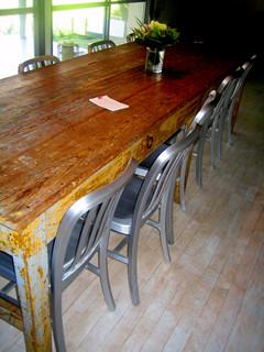 """""""オキラクハウス""""の全長3メートルのダイニング・テーブル"""