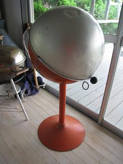 推定1970年代の宇宙的デザインのバーベキューグリル。