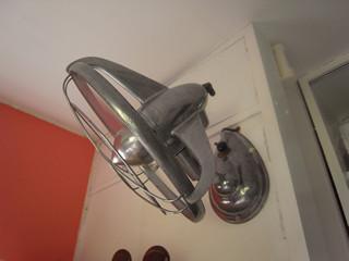 """""""ブゥゥゥゥン~~""""と《アンティークの壁掛け扇風機》"""
