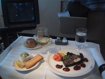日本航空・ファーストクラスのメシ。 空飛ぶ高級レストラン。もし、そのお金があったなら・・・・・